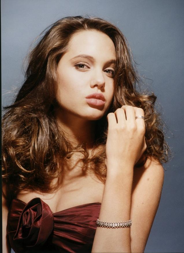 Джоли молоденькая